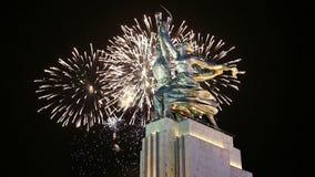 Monument soviétique célèbre Rabochiy i Kolkhoznitsa et feux d'artifice, Moscou, Russie banque de vidéos