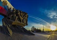 Monument sur la colline de Poklonnaya au coucher du soleil images stock