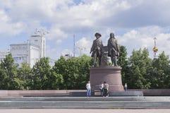 Monument Tatishchev och de Gennin Ekaterinburg Arkivfoto