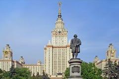 Monument tegen universiteit Royalty-vrije Stock Fotografie