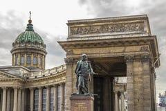 Monument till Barclay de Tolly på bakgrunden av den Kazan domkyrkan royaltyfri bild