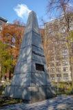 Monument till Benjamin Franklin i spannmålsmagasinet som begraver jordkyrkogården - Boston, Massachusetts, USA Royaltyfria Bilder
