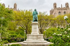 Monument till Carl Linnaeus i Hyde Park av det Chicago universitetet, USA Royaltyfri Fotografi