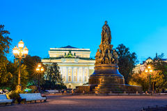 Monument till Catherine II, Alexandrinsky teater på backgrounen Royaltyfri Bild