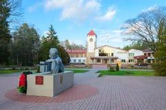 Monument till döda soldat-artillerister framme av den restaurangBialowieza skogen, Kamenets område, Brest region, Vitryssland royaltyfri bild