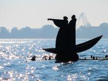 Monument till Dante och Virgil i den Venedig lagun arkivfoton