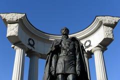 Monument till den Alexander II befriaren nära domkyrkan av Kristus frälsaren i Moskva arkivfoto