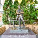 Monument till den berömda författaren Mikhail Bulgakov, Kiev Ukraina, Europa Berömda ställen och gränsmärken Fotografering för Bildbyråer