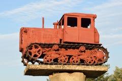 Monument till den gamla diesel- traktoren Arkivbild