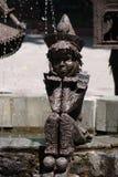 Monument till den ledsna pierroten som upp propping hans pustaa kinder och ledsna framsida royaltyfri bild