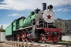 Monument till den ryska ångalokomotivet som byggs i 194 Royaltyfri Bild