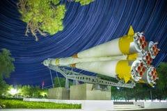 Monument till den Soyuz raket Startrails bakgrund royaltyfri bild