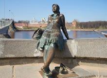 Monument till denturist närbilden veliky novgorod för antagandeauktionkyrka Arkivbilder