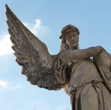 Monument till en ängel på en kyrkogård Royaltyfri Fotografi