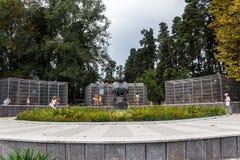 Monument till en apa i ett apahus i Sukhumi, Abchazien arkivfoton