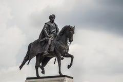 Monument till en man på häst på den ungerska parlamentet Arkivbild