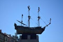monument till ett skepp på en sockel i St Petersburg royaltyfri bild