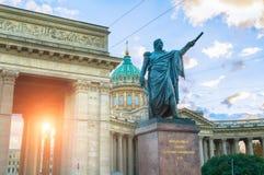 Monument till fältmarskalken Prince Mikhail Kutuzov på bakgrunden av den Kazan domkyrkan i St Petersburg, Ryssland royaltyfri foto