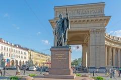 Monument till f?ltmarskalkprinsen Kutuzov Ryssland St Petersburg royaltyfri bild
