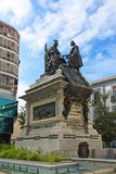 Monument till Ferdinand och Isabella i plazaen Isabel la Catol arkivfoton