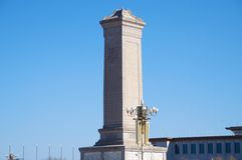 Monument till folkets hjältar i den Tiananmen fyrkanten i Peking, Kina Royaltyfria Bilder