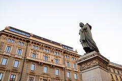 Monument till Giuseppe Parini i Milan i afton fotografering för bildbyråer