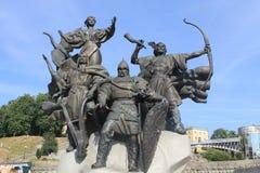 Monument till grundarna av Kiev på självständighetfyrkant Arkivbild