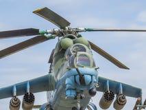 Monument till helikoptern Stridhelikopter MI-24V i 1982 på en sockel mot himlen Sikt av cockpiten av piloterna royaltyfria bilder
