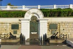 Monument till hjältarna av skvadronen in på väggen en invallning av den Primorsky boulevarden för den 35th årsdagen av liberaten Royaltyfria Foton