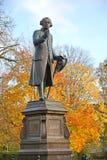 Monument till Immanuel Kant i höst Kaliningrad royaltyfri fotografi