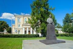 Monument till Ivan Sechenov nära av museet av medicinhistoren Royaltyfri Fotografi