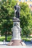 Monument till kejsaren Alexander det välsignade minnet av första i Alexander Garden Moscow Arkivbilder