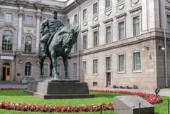 Monument till kejsaren Alexander III framme av marmorslotten i St Petersburg royaltyfri bild