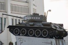 Monument till Krigare-befriare i behållaren T-34 för världskrig II på den sovjetiska fyrkanten Grodno Vitryssland royaltyfri foto