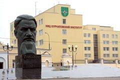 Monument till Kurchatov i Moskva nära kärn- forskningscentrum Arkivbild