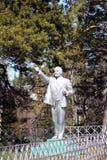 Monument till Lenin bland sörjaträden - ett symbol av epoken Arkivfoto