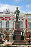 Monument till Lenin framme av tidigare bankbyggnad på den stora Moskow (Bilshaya Moskowskaya) gatan, Vladimir, Ryssland Arkivfoton