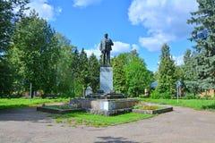 Monument till Lenin på Revolution& x27; s-fyrkant i den Torzhok staden, Ryssland Royaltyfria Bilder