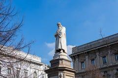 Monument till Leonardo da Vinci i Milan, Italien royaltyfria bilder