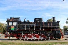 Monument till lokomotivet i staden av Slonim i Vitryssland royaltyfria foton