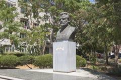 Monument till Mikhail Vasilyevich Frunze på genomskärningen av Frunze och Nekrasov gator i staden av Evpatoria, Krim arkivfoto