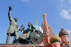 Monument till Minin och Pozharsky och domkyrkan för St-basilika` s Arkivfoton