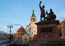 Monument till Minin och Pozharsky i Nizhny Novgorod på solnedgången Arkivfoto