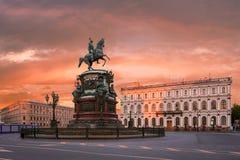 Monument till Nicholas 1 på fyrkant för ` s för St Isaac i St Petersburg I Royaltyfri Bild