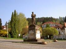 Monument till offer för världskrig II, gerillasoldaten och pojken, Luhacovice, fyrkant framme av stadskontoret, Tjeckien royaltyfri foto