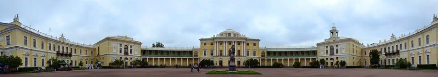 Monument till Paul I på fyrkanten på den Pavlovsk slotten Royaltyfri Fotografi