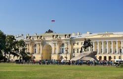 Monument till Peter den stor och högsta domstolenbyggnaden, St Petersburg Arkivbild