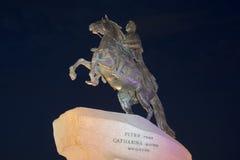 Monument till Peter den stora bronsskickliga ryttaren i natthimlen St Petersburg Arkivfoton