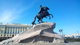 Monument till Peter den stora `en bronsskicklig ryttare`en i St Petersburg på den Decembrists fyrkanten arkivfoton
