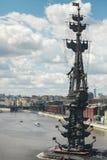 Monument till Peter det stort i Moskva på Moskvafloden Arkivfoto